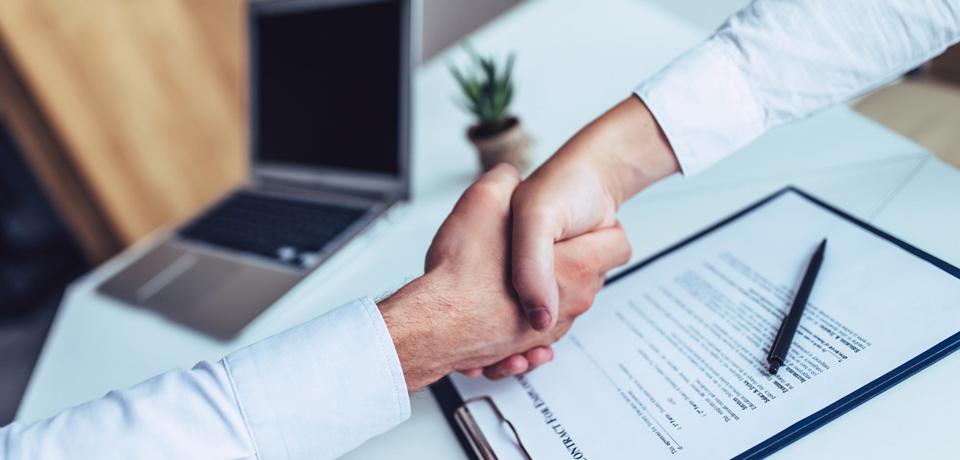 המעסיקה התחייבה כי חוזה ההעסקה יעמוד בתוקפו 3 חודשים. האם זכותה של המעסיקה לפטר את העובדת קודם לכן?