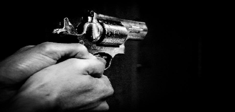 כיוון אקדח לעבר בני משפחה שעצרו את רכבם במעצר חצייה והורשע בעבירת איומים