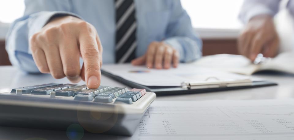 האם עובד בשכר שעתי זכאי לקבל מקדמה מידי חודש?